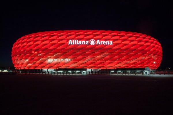 Allianz Arena München - Außenansicht der erleuchteten Allianz Arena.