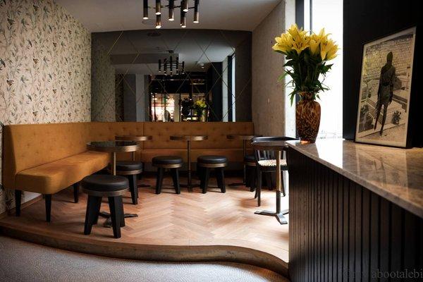 Stylische Bar mit großer Terrasse, zentral