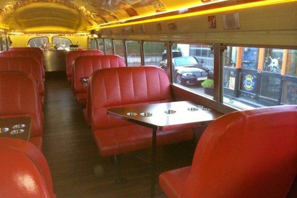 Bar und Diner on the road - im US School Bus